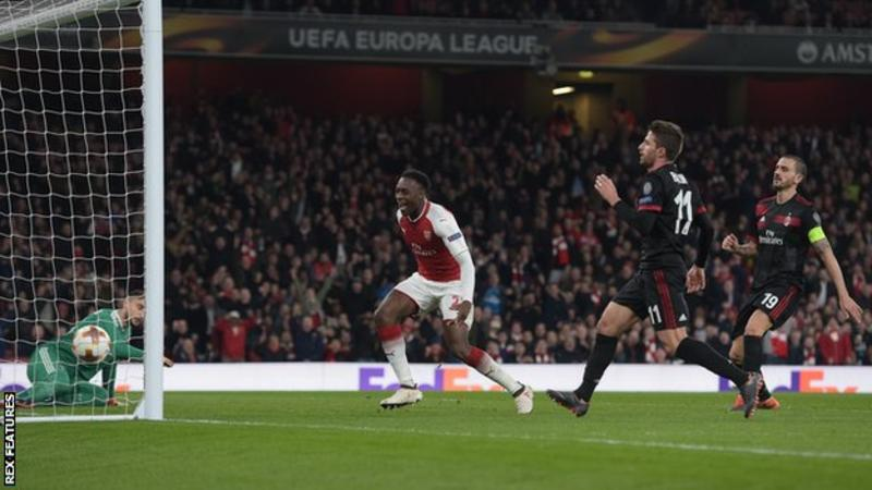 Danny Welbeck scored twice on the day he was recalled to the England squad as Arsenal beat AC Milan to reach the quarter-finals of the Europa League.